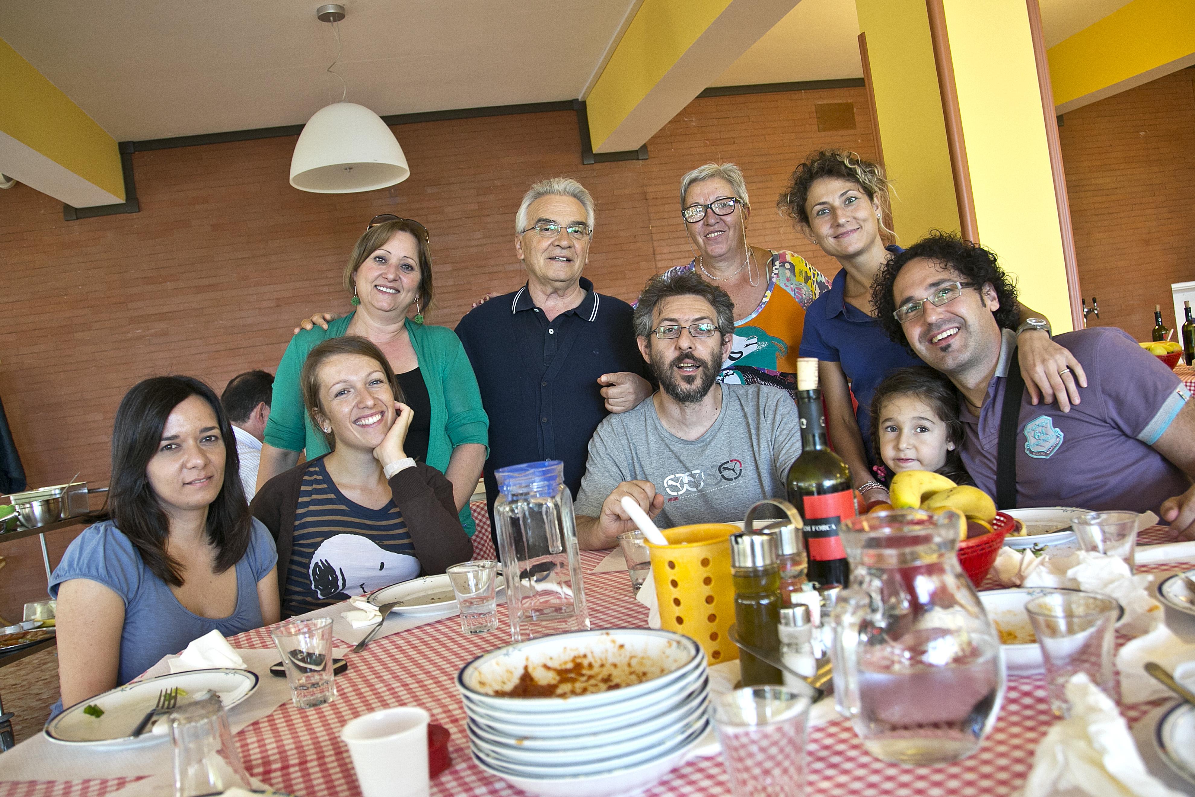 Don Vinicio Albanesi a pranzo in Comunità. © Stefano Dal Pozzolo