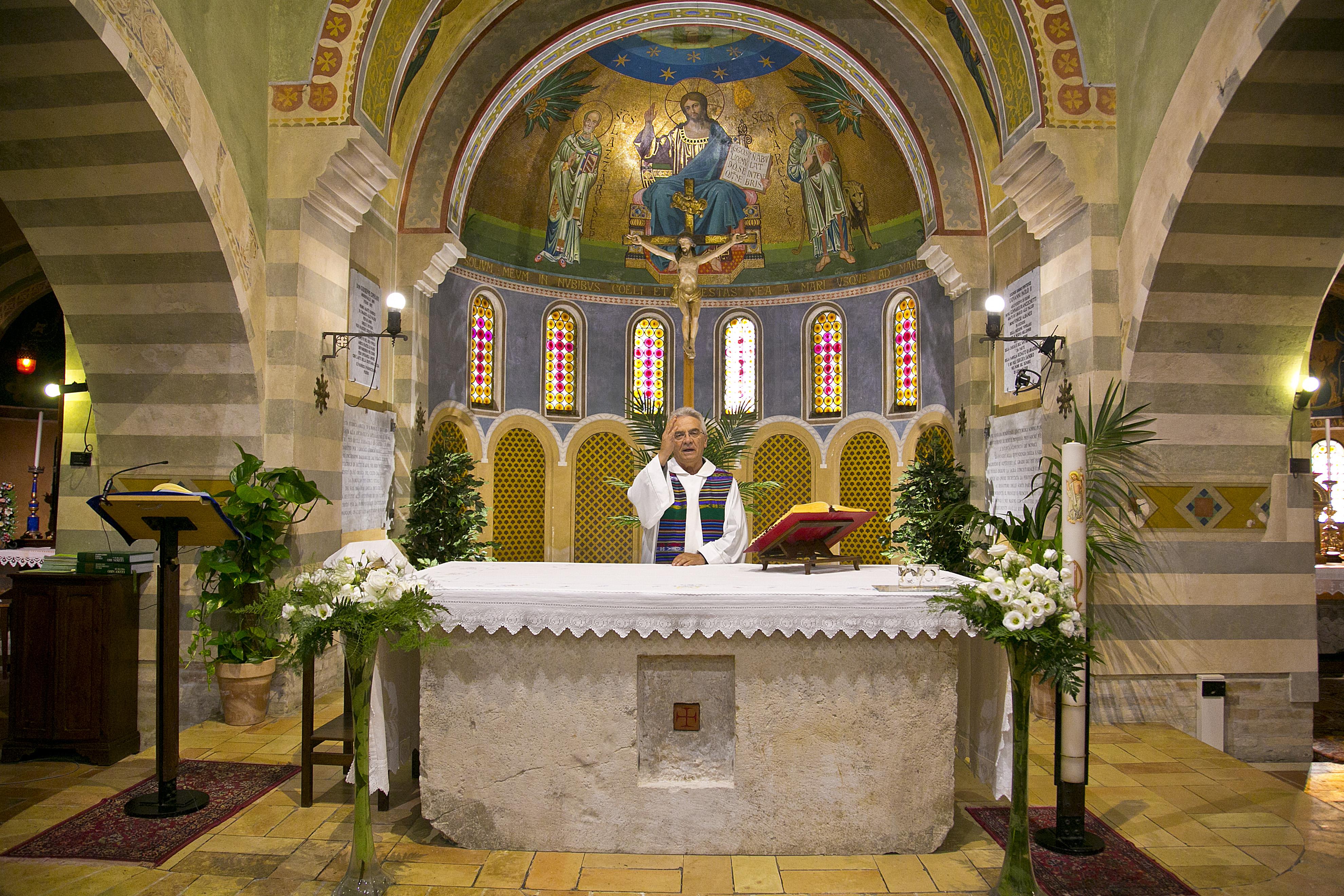don Vinicio Albanesi nella sua parrocchia di San Marco